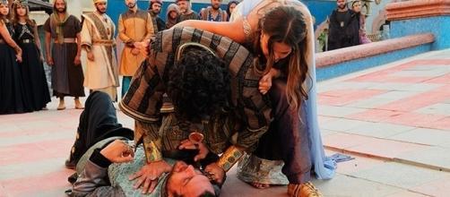 Joana é disputada na briga pelos amigos em 'O Rico e Lázaro'