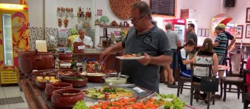 O fato de as pessoas voltarem a comer fora havia ajudado a puxar para cima desempenho do setor de serviços
