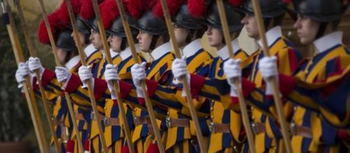 Os trajes medievais são marcas visuais e históricas da Guarda Suíça