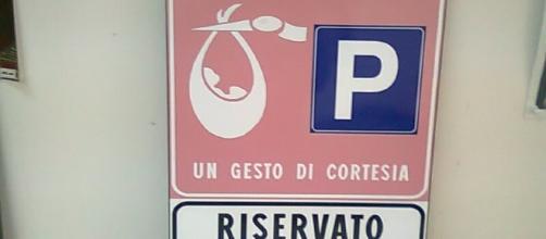 Parcheggi rosa riservati alle neomamme