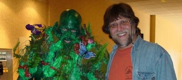 A Swamp Thing cosplayer with Len Wein in 2015. Photo: Lex Larson/Creative Commons