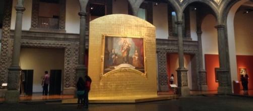 El patio del Palacio de Iturbide nos recibe con una escena católica.