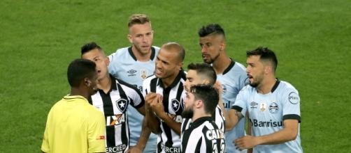 Jogadores alvinegros questionando o árbitro. (Foto: Vitor Silva / SS Press/ Botafogo)