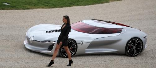 """Le concept-car Renault Trezor accompagné d""""un mannequin habillé par Balmain"""