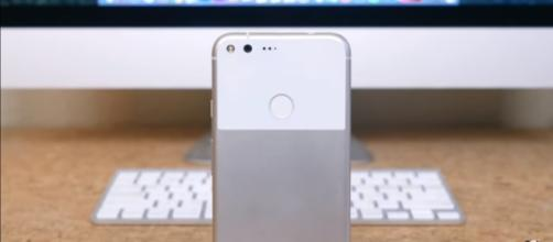 The Google Pixel XL is a smartphone that features incredible software. (via PhoneDog/Youtube)
