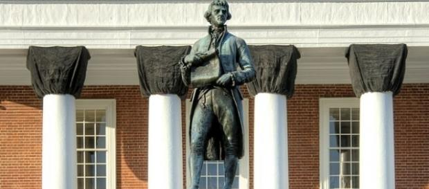 Close view of Statue and Rotunda at University of Virginia [Image by Bestbudbrian|Wikimedia Commons| Cropped | CC BY-SA 3.0 ]