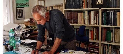 Davide Vargas nel suo studio di architetto