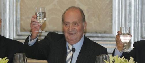 El rey emérito Juan Carlos I brindando.