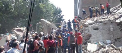 Equipes de emergência e voluntários ajudaram no resgate das pessoas presas aos destroços dos edifícios