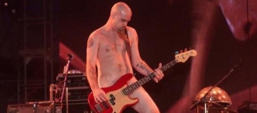 Nick Oliveri, baixista do Queens of The Stone Age, se empolgou um pouco com o calor do Rio