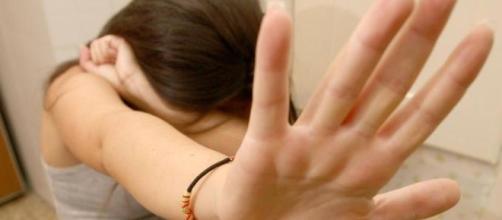 Chattava con un ragazzo: giovane 17enne picchiata dal padre.