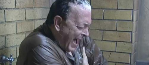 Grande Fratello Vip: Cristiano Malgioglio fa la doccia vestito e ... - bitchyf.it