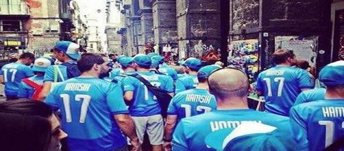 Napoli, turisti sloveni a Napoli con le maglie di Marek Hamsik (foto da Instagram/Facebook, account ufficiali Hamsik)