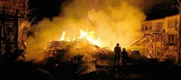 Prédio de acampamento infantil pegou fogo na Ucrânia e foi totalmente destruído (Crédito:Twitter/News By The Minute)