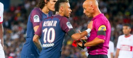 Neymar Jr. et Edinson Cavani discutent avec l'arbitre Laurent ... - purepeople.com