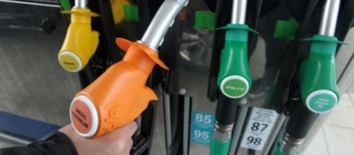 Prix du diesel à la pompe: une hausse des taxes de 10% dès 2018 ... - liberation.fr