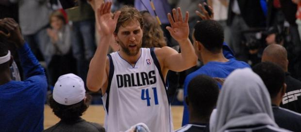 Dirk giving high fives to his teammates (c) https://www.flickr.com/people/36600796@N04