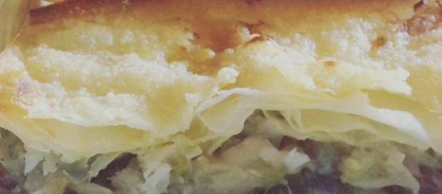 Fit lasagna vegetariana di pasta fillo con zucchine, cipolle rosse e parmigiano