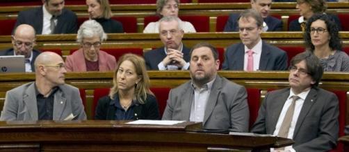 El Govern catalán en un pleno del Parlament, entre ellos Romeva, Junqueras y el President Puigdemont.