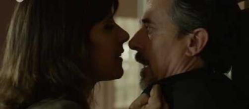 Eugeni (Pere Ponce) en un explosivo encuentro amoroso-sexual con Mireia, compañera de profesorado del Institut Àngel Guimerà.