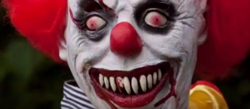 Father in Ohio attempts to discipline small daughter while wearing a clown mask. (Image from TOP NEWS HEADLINES DAILY/Youtube)