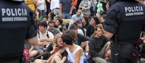 Los mossos desalojan a simpatizantes del 1-O - 20minutos.es