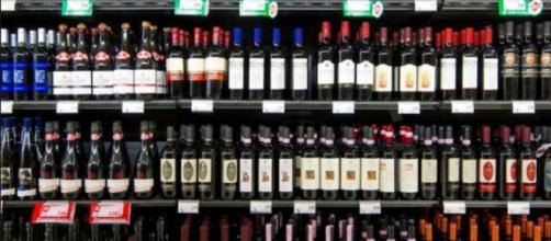 Nella foto, bottiglie in vendita in un supermercato