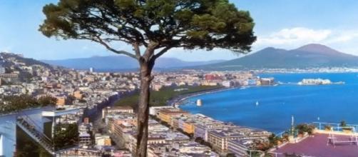 Una cartolina che ritrae il Vesuvio e il mare