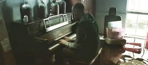 A video of a pastor playing the piano in his flooded Houston home has gone viral. [Image via YouTube/Political Watch]