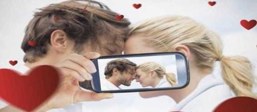 Casais felizes não exibem a vida nas redes sociais, aponta estudo.