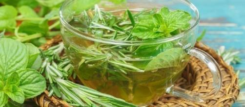 Chá de alecrim, agregado a outras ervas