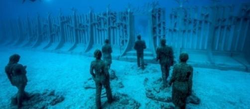 Muro no fundo do oceano chama a atenção de teóricos da conspiração