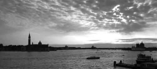 Veduta di Venezia e la laguna, dove è in corso la Mostra Glasstress.