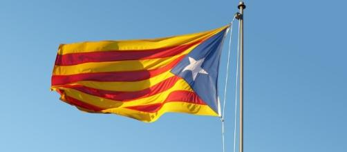Copyright Makamuki0: bandiera catalana garrisce al vento.