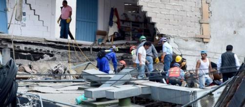 People looking for possible survivors | photo via Julia Jacobo, abcnews.go.com