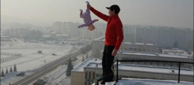 Roman Afanasyev foi condenado a trabalho comunitário por colcar a vida da filha em risco (Crédito: Siberian Times)