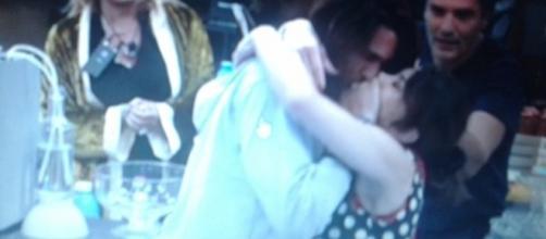 Bacio cinematografico tra Luca Onestini e Carmen Di Pietro