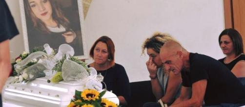 La famiglia di Noemi Durini, la mamma e il papà ieri al funerale della 16enne accanto alla bara. Foto: Facebook.