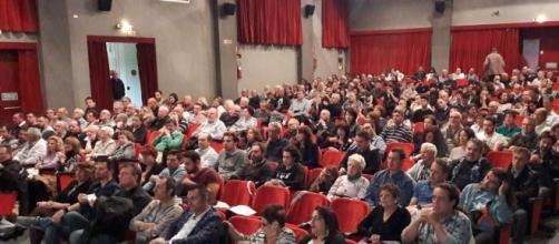 La sala era quasi piena già mezz'ora prima dell'inizio, una grande partecipazione di pubblico.