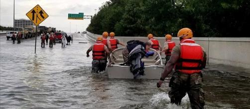 Soldados da Guarda Nacional em Houston, no Texas, em rua que parecia um rio com a passagem do furacão Harvey