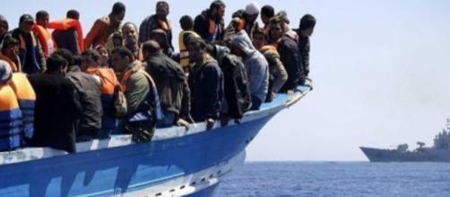 Una barca piena di migranti viene intercettata da un guardiacoste - federicodinca.it