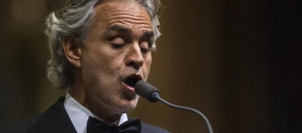 Andrea Bocelli durante una sua esibizione di canto lirico.