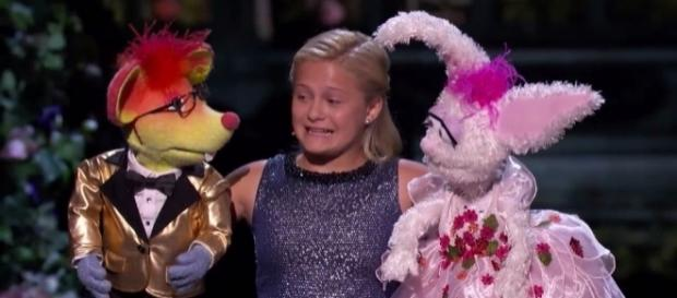 Darci Lynne Farmer prepares her song with her friends on the finals night of 'America's Got Talent' 12./ from 'YouTube' screengrab (AGT official)