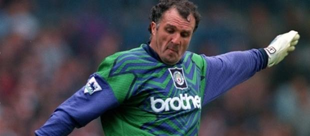 John Burridge haciendo un saque de meta defendiendo los colores del Manchester City (Read but no red)