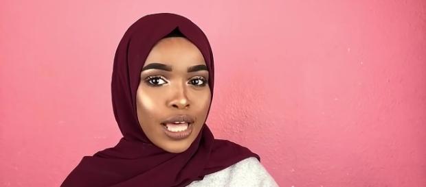 Za taki hidżab uczennica z Soamlii chciała 60 tysięcy odszkodowania od państwa (YouTube screenshot z; 4 QUICK SIMPLE HIJAB STYLES HALSSA)