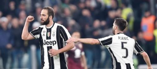 Higuain esulta in un derby tra Juventus e Torino