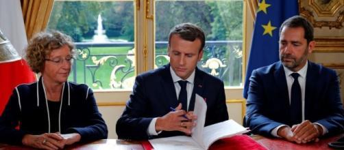 Loi travail: Emmanuel Macron a signé en direct à la télévision les ... - challenges.fr
