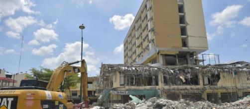 Maquinaria pesada removiendo los escombros.