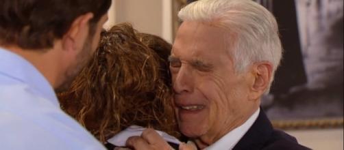 Sr. Fernando conhece sua neta e se emociona