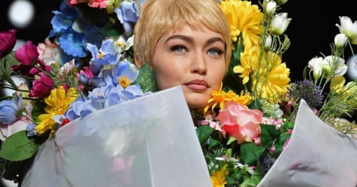 Sfilata ricca di fiori per Moschino 7d65a316ca6